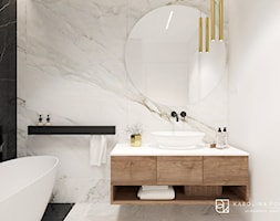 Łazienka z wanną wolnostojącą i okrągłym lustrem - zdjęcie od KAROLINA POPIEL - ARCHITEKURA WNĘTRZ - Homebook
