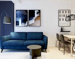 Salon z granatową ścianą lamelową - zdjęcie od KAROLINA POPIEL - ARCHITEKURA WNĘTRZ - Homebook