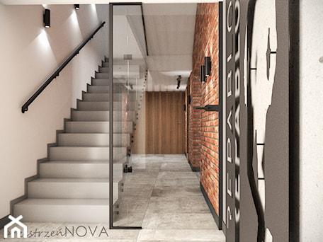 Aranżacje wnętrz - Biuro: Przestrzeń biurowa firmy Repablo - Duże szare białe biuro pracownia, styl industrialny - przestrzeńNOVA. Przeglądaj, dodawaj i zapisuj najlepsze zdjęcia, pomysły i inspiracje designerskie. W bazie mamy już prawie milion fotografii!