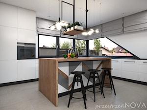 W ZACISZU NATURY LOFTOWA PRESTRZEŃ - Duża zamknięta biała kuchnia w kształcie litery l z wyspą z oknem, styl industrialny - zdjęcie od przestrzeńNOVA