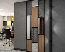 Przestrzeń biurowa firmy Repablo - Średnie szare białe biuro pracownia w pokoju, styl industrialny - zdjęcie od przestrzeńNOVA - Homebook