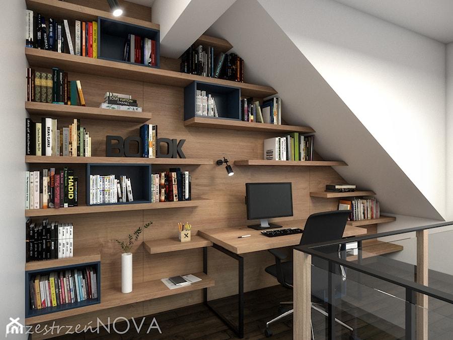 W ZACISZU NATURY LOFTOWA PRESTRZEŃ - Małe białe biuro kącik do pracy na poddaszu, styl industrialny - zdjęcie od przestrzeńNOVA