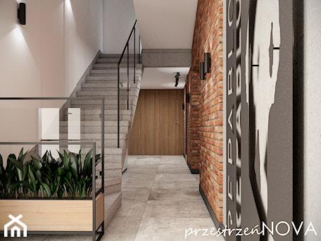 Aranżacje wnętrz - Biuro: Przestrzeń biurowa firmy Repablo - Średnie beżowe szare biuro pracownia w pokoju, styl industrialny - przestrzeńNOVA. Przeglądaj, dodawaj i zapisuj najlepsze zdjęcia, pomysły i inspiracje designerskie. W bazie mamy już prawie milion fotografii!