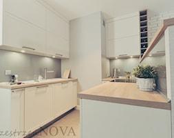 KRAKÓW - MIESZKANIE NA STAWOWEJ - Mała otwarta wąska szara kuchnia w kształcie litery u w aneksie, styl industrialny - zdjęcie od przestrzeńNOVA