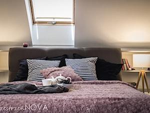 Sypialnia na poddaszu z liliowym akcentem