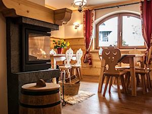 Izba Kominkowa - Średnia otwarta beżowa jadalnia jako osobne pomieszczenie, styl rustykalny - zdjęcie od Monika Zięba