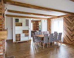 Kuchnia - Duża otwarta biała brązowa jadalnia jako osobne pomieszczenie, styl industrialny - zdjęcie od irfoto - fotografia wnętrz i architektury
