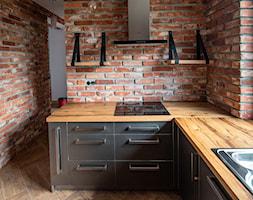 Kuchnia - Mała zamknięta kuchnia w kształcie litery l z oknem, styl industrialny - zdjęcie od irfoto - fotografia wnętrz i architektury