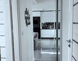 remont - Średni biały hol / przedpokój, styl nowoczesny - zdjęcie od Wiola Czarnojan
