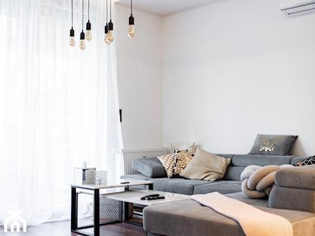 Aranżacje wnętrz - Salon: pOR_009 - Gold&Marable - Średni biały salon, styl nowoczesny - Project[OR] Group. Przeglądaj, dodawaj i zapisuj najlepsze zdjęcia, pomysły i inspiracje designerskie. W bazie mamy już prawie milion fotografii!