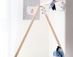 Nowoczesne wnętrze z turkusem - Mały biały pokój dziecka dla chłopca dla malucha, styl skandynawski - zdjęcie od MOOD-STUDIO