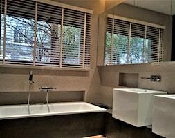 Żaluzje drewnianie - Mała czarna szara łazienka w bloku w domu jednorodzinnym z oknem, styl nowoczesny - zdjęcie od piekneokno