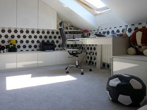 Pokój chłopca na poddaszu - Mały biały pokój dziecka dla chłopca dla dziewczynki dla ucznia dla malucha dla nastolatka, styl nowoczesny - zdjęcie od DoarteConcept