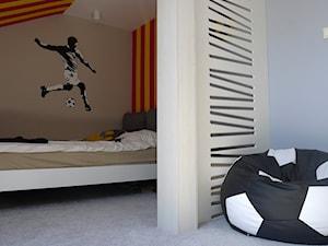 Pokój chłopca na poddaszu - Mały niebieski brązowy pokój dziecka dla chłopca dla dziewczynki dla malucha dla nastolatka, styl nowoczesny - zdjęcie od DoarteConcept