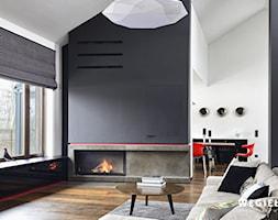 Dom pod Konstancinem - Mały biały czarny salon z jadalnią - zdjęcie od Węgiełek Architekci Wnętrz - Homebook
