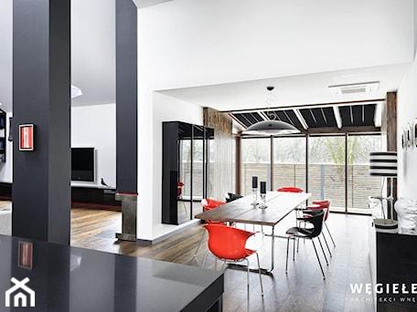 Aranżacje wnętrz - Jadalnia: Dom pod Konstancinem - Średnia otwarta biała czarna jadalnia jako osobne pomieszczenie - Węgiełek Architekci Wnętrz. Przeglądaj, dodawaj i zapisuj najlepsze zdjęcia, pomysły i inspiracje designerskie. W bazie mamy już prawie milion fotografii!