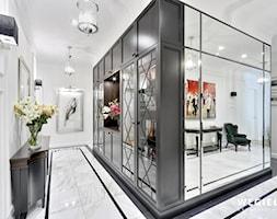 Apartament Morskie Oko - Średni biały czarny hol / przedpokój, styl klasyczny - zdjęcie od Węgiełek Architekci Wnętrz