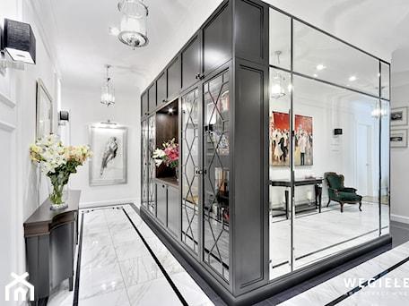 Aranżacje wnętrz - Hol / Przedpokój: Apartament Morskie Oko - Średni biały czarny hol / przedpokój, styl klasyczny - Węgiełek Architekci Wnętrz. Przeglądaj, dodawaj i zapisuj najlepsze zdjęcia, pomysły i inspiracje designerskie. W bazie mamy już prawie milion fotografii!