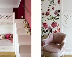 Apartament Morskie Oko - Mały szary różowy pokój dziecka dla dziewczynki dla malucha dla nastolatka, styl klasyczny - zdjęcie od Węgiełek Architekci Wnętrz