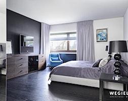 Dom pod Konstancinem - Średnia biała czarna sypialnia małżeńska - zdjęcie od Węgiełek Architekci Wnętrz - Homebook