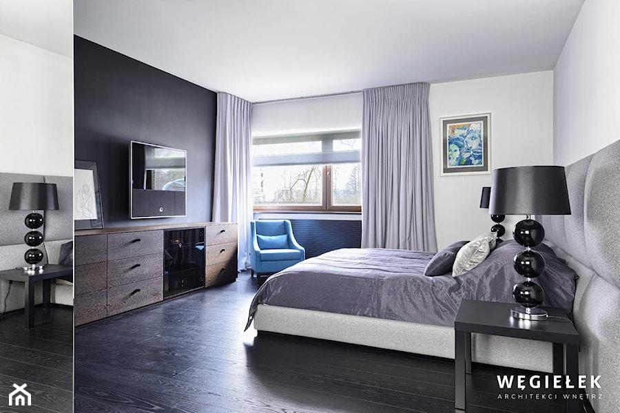Dom pod Konstancinem - Średnia biała czarna sypialnia małżeńska - zdjęcie od Węgiełek Architekci Wnętrz