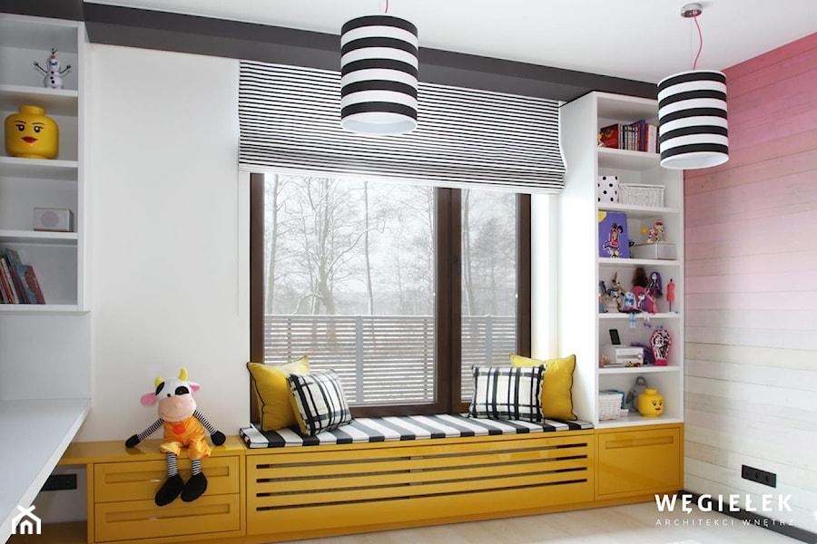 Dom pod Konstancinem - Mały biały kolorowy pokój dziecka dla chłopca dla dziewczynki dla ucznia dla ... - zdjęcie od Węgiełek Architekci Wnętrz