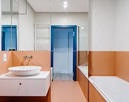 Apartamenty Twins - Mała biała łazienka na poddaszu w bloku w domu jednorodzinnym bez okna - zdjęcie od CECHOWNIA