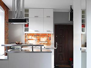 Mieszkanie 20m2 - Średnia otwarta szara kuchnia w kształcie litery u z oknem, styl industrialny - zdjęcie od TABULA Studio | Architektura | Wnętrza | Rewitalizacja | Design