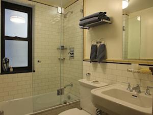 235 West Ave, Manhattan, Nowy Jork - Mała biała łazienka w bloku w domu jednorodzinnym z oknem, styl klasyczny - zdjęcie od Komorebi
