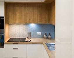 """Mieszkanie na wynajem - Mała zamknięta szara kuchnia w kształcie litery l, styl nowoczesny - zdjęcie od Biuro projektowe """"Patio"""" Ewa Szymczak"""