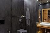 łazienka w stylu skandynawskim, grafitowe płytki, kabina walk-in, drewniany blat