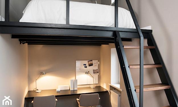 łóżko na antresoli, biurko pod antresolą