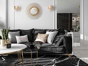Czarna kanapa w salonie. Zobacz stylowe propozycje