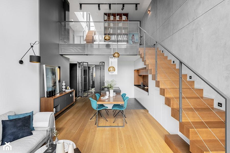 Dwupoziomowy apartament na Warszawskim Żoliborzu - Średnia otwarta biała szara jadalnia w kuchni w salonie, styl nowoczesny - zdjęcie od JMW Architekci