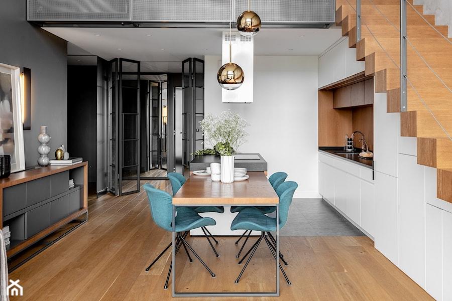 Dwupoziomowy apartament na Warszawskim Żoliborzu - Średnia otwarta biała szara jadalnia w kuchni, styl nowoczesny - zdjęcie od JMW Architekci