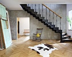 dom // żyrardów - Średnie wąskie schody zabiegowe drewniane, styl vintage - zdjęcie od Live Touch // Dominika Wojtkowska-Banaszek