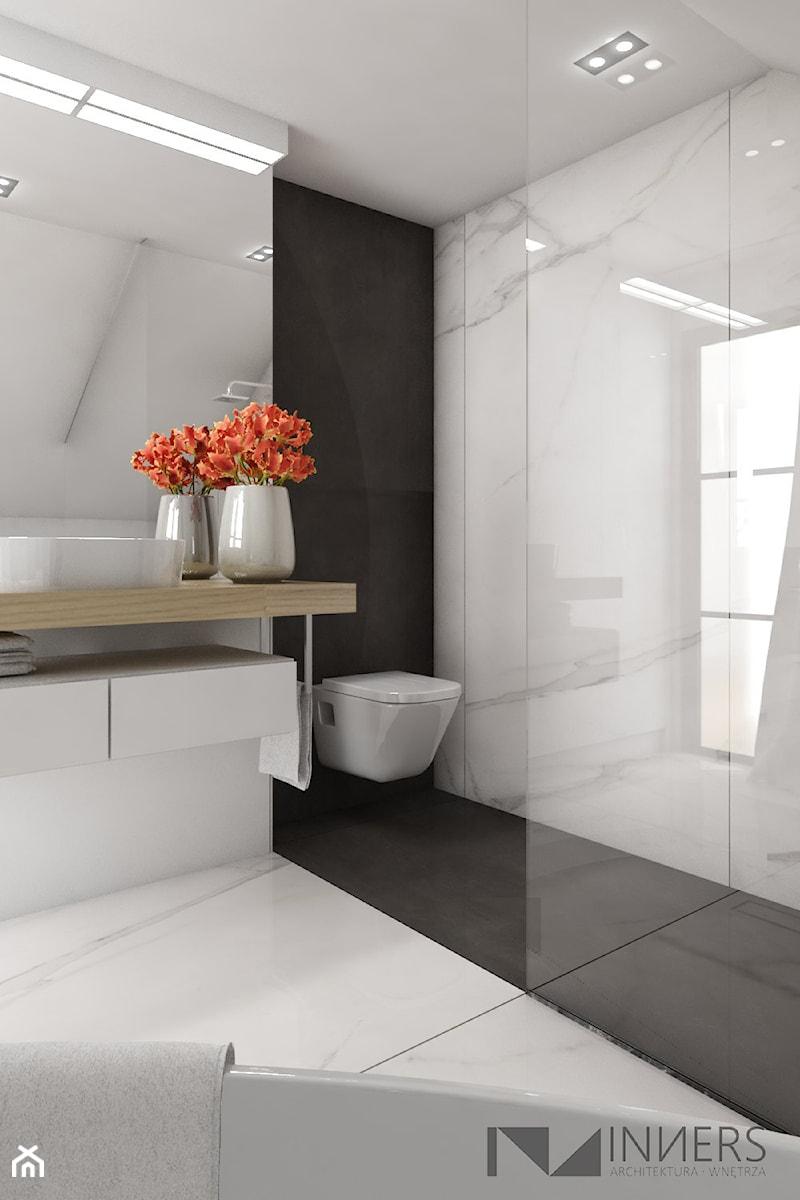 Dom 200m2 w Puławach - Biała łazienka w bloku w domu jednorodzinnym z oknem, styl nowoczesny - zdjęcie od INNers - architektura wnętrza