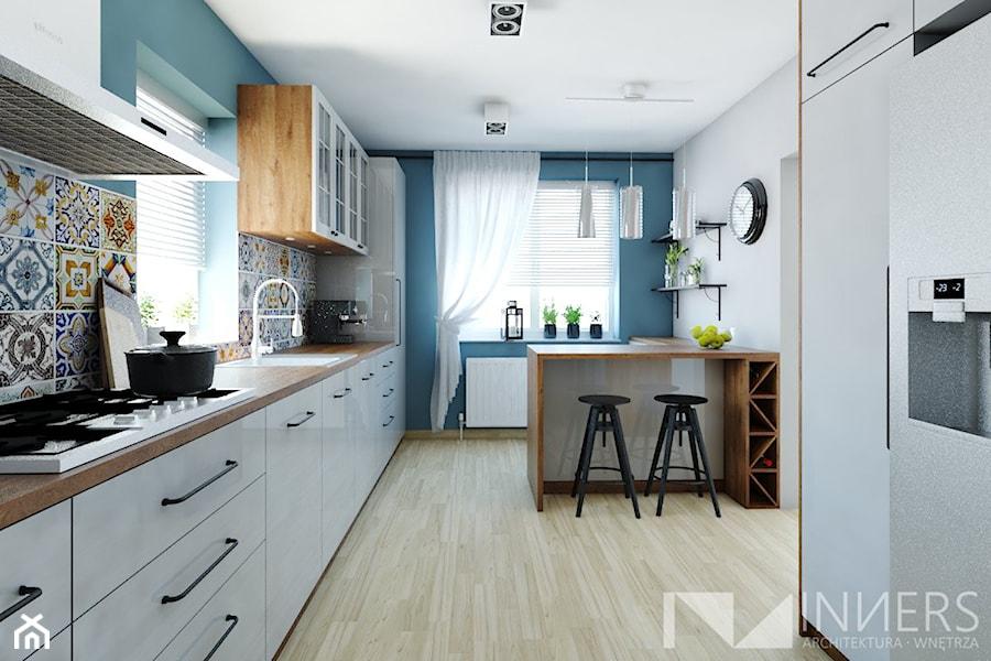 Kuchnia 15,0m2 w Sarnowie k. Będzina - Duża otwarta biała niebieska kuchnia w kształcie litery l z o ... - zdjęcie od INNers - architektura wnętrza