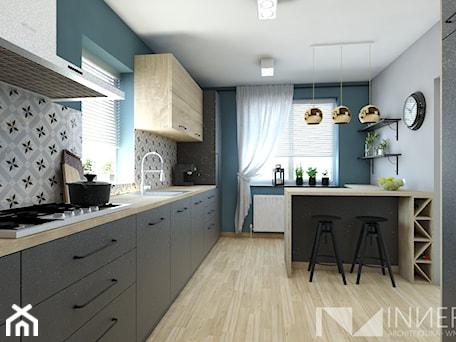 Aranżacje wnętrz - Kuchnia: Kuchnia 15,0m2 w Sarnowie k. Będzina - Duża otwarta szara zielona kuchnia jednorzędowa z wyspą z okn ... - INNers - architektura wnętrza. Przeglądaj, dodawaj i zapisuj najlepsze zdjęcia, pomysły i inspiracje designerskie. W bazie mamy już prawie milion fotografii!