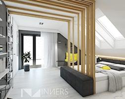 Dom 140,0m2 we Wrząsowicach - Średnia biała czarna sypialnia małżeńska na poddaszu, styl nowoczesny - zdjęcie od INNers - architektura wnętrza - Homebook