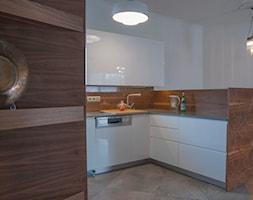 Babie lato - klasyka połączona z nowoczesnością - Średnia otwarta biała kuchnia w kształcie litery l, styl nowoczesny - zdjęcie od United Arts - Homebook