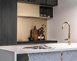 Witolda43 - Mała otwarta szara brązowa kuchnia jednorzędowa z wyspą, styl minimalistyczny - zdjęcie od N'concept