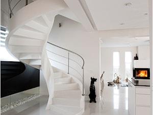 Dom na wysoki połysk - Średnie wąskie schody kręcone drewniane, styl nowoczesny - zdjęcie od Maria Jachalska