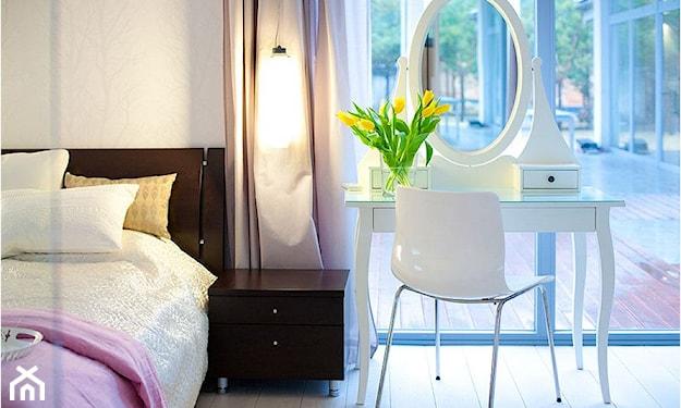 białe krzesło na metalowych nóżkach, biała toaletka z owalnym lustrem, brązowa szafka nocna, biała podłoga