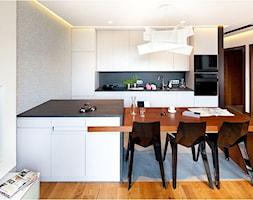 Nowoczesny apartament - Średnia otwarta biała jadalnia w kuchni, styl nowoczesny - zdjęcie od Maria Jachalska - Homebook