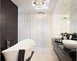 Dom na wysoki połysk - Duża biała czarna łazienka w domu jednorodzinnym jako salon kąpielowy jako domowe spa z oknem, styl nowoczesny - zdjęcie od Maria Jachalska