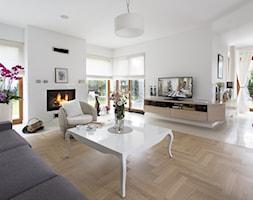 Dom wypełniony sztuką - Duży biały salon z jadalnią z tarasem / balkonem, styl glamour - zdjęcie od Maria Jachalska