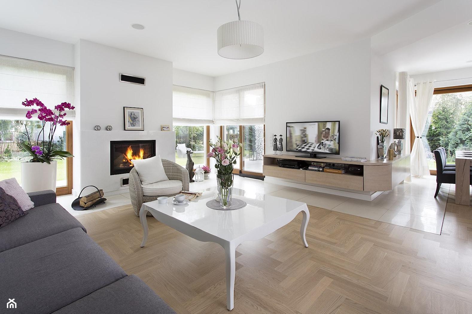 Dom wypełniony sztuką - Duży biały salon z jadalnią z tarasem / balkonem, styl glamour - zdjęcie od Maria Jachalska - Homebook