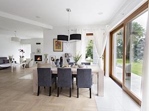 Dom wypełniony sztuką - Średnia otwarta biała jadalnia w salonie, styl glamour - zdjęcie od Maria Jachalska