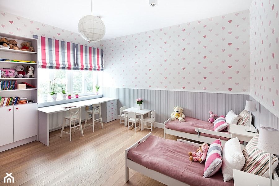 Dom w Poznaniu - Duży biały szary pastelowy pokój dziecka dla dziewczynki dla rodzeństwa dla malucha, styl klasyczny - zdjęcie od Maria Jachalska